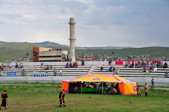 Photo: Naadam - Dans cette ville de province, les épreuves sont organisées tout au long de la journée. Au programme : lutte, courses de chevaux, tir à l'arc. Vestiges traditionnels d'un peuple guerrier, qui a bâti le plus vaste empire de tous les temps.