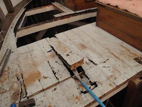 Photo: Et un bon pied de biche suédois fait le reste. Ici la lame de pont est en bon état. Plus de 90 ans, et on voit que ce n'est pas le bois qui part en premier...