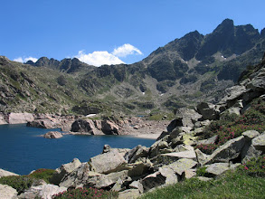 Photo: Andorra:  estanys de Juclar amb el pic d'Escobes (dreta)