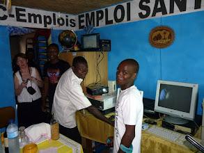 Photo: dans leur Centre de formation informatique, entièrement fourni par le CTM