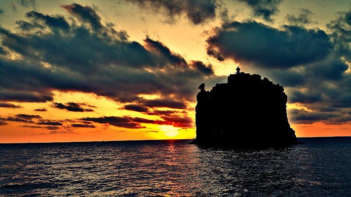 Il tramonto su Strombolicchio  di Massimo BrugognonePhotography