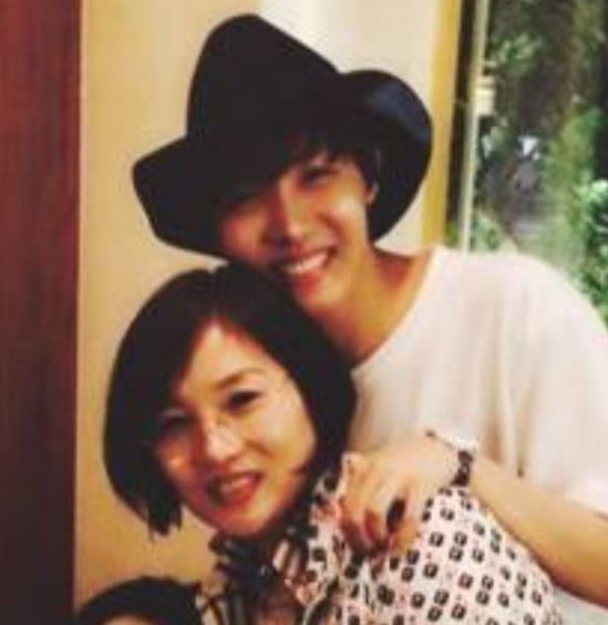 J-Hope-with-his-mother