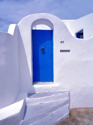 La casa bianca .... con porta blu di annabus58
