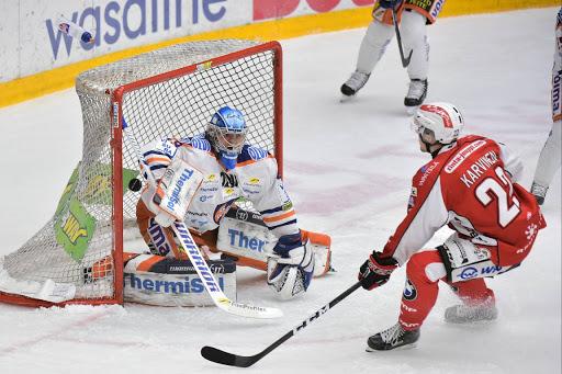 Otto Karvinen iski Sportin tasoihin avauserän alkupuolella. (Kuva: Samppa Toivonen)
