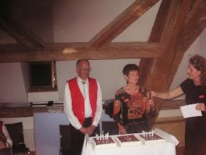Photo: Sie überreicht Lotti das Messer.