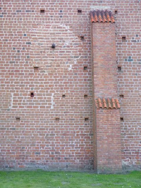 łuska pocisk w murze kościoła