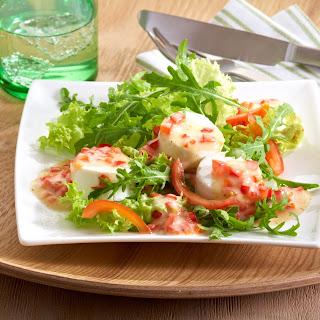 Rucola-Salat mit Ziegenkäse und einer Salsa aus Paprika und Tomaten