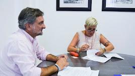 Ángel Escobar firma el contrato de alquiler con opción a compra.