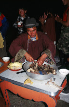 Photo: 03287 ハドブルグ家/近隣牧民の宴会料理/ホルホック/乳製品の盛り合わせ/ゆでた内臓/ゆでたジャガイモ/キュウリのピクルス/インゲン豆のピクルス/ソーセージやタマネギのスライス盛り合わせ