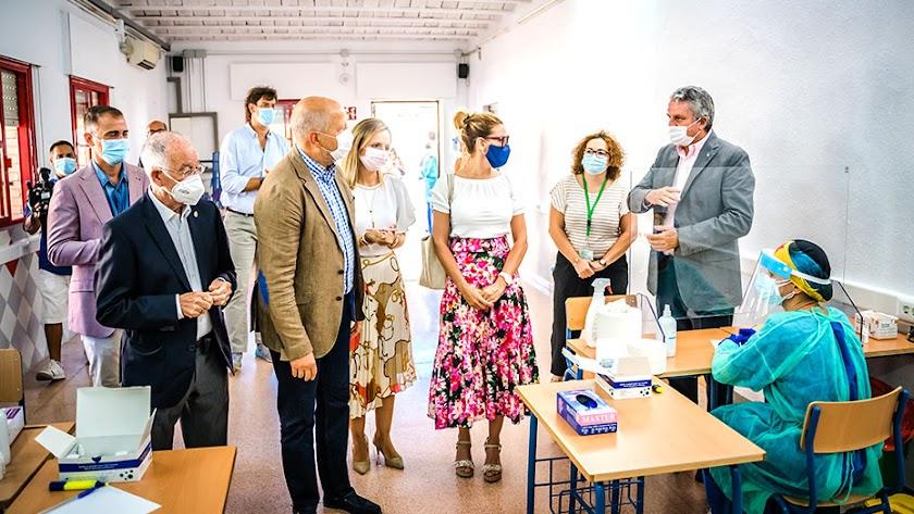 Imagen reciente de una visita del consejero de Educación, Javier Imbroda, a un instituto en Roquetas.