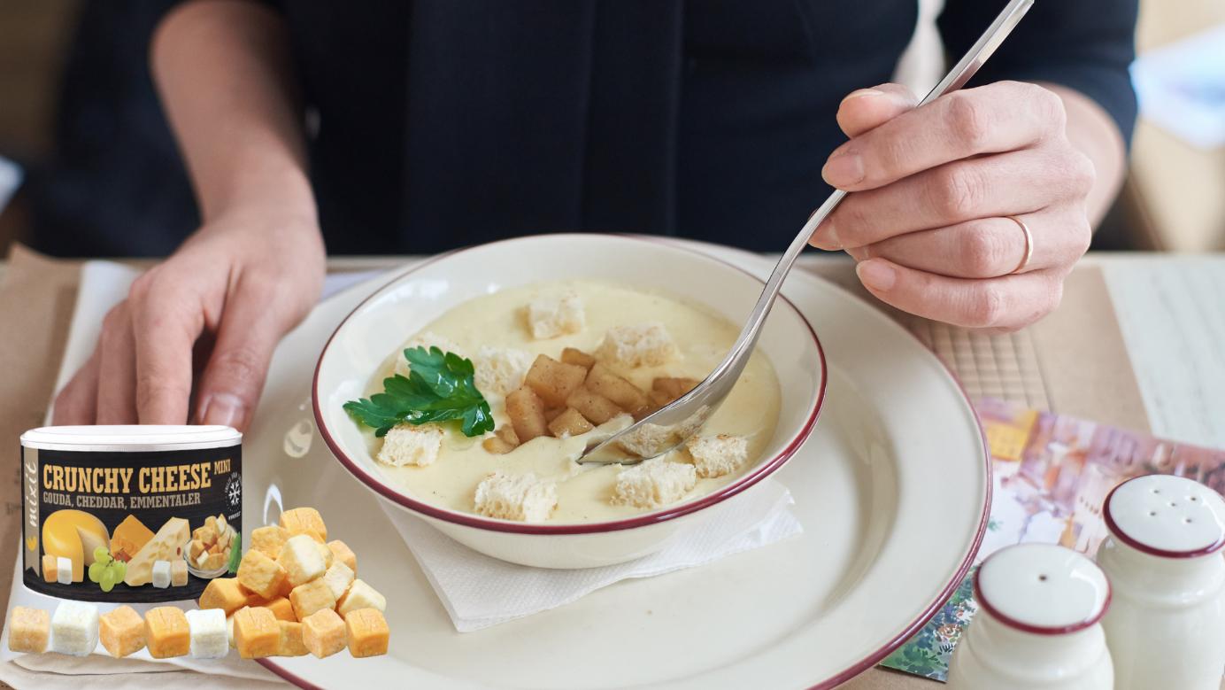 Obraz zawierający osoba, żywność, stół, talerz  Opis wygenerowany automatycznie
