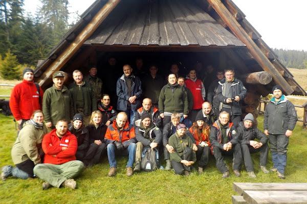pamiątkowe zdjęcie z pracownikami BgPN na zakończeniu liczenia zwierzyny