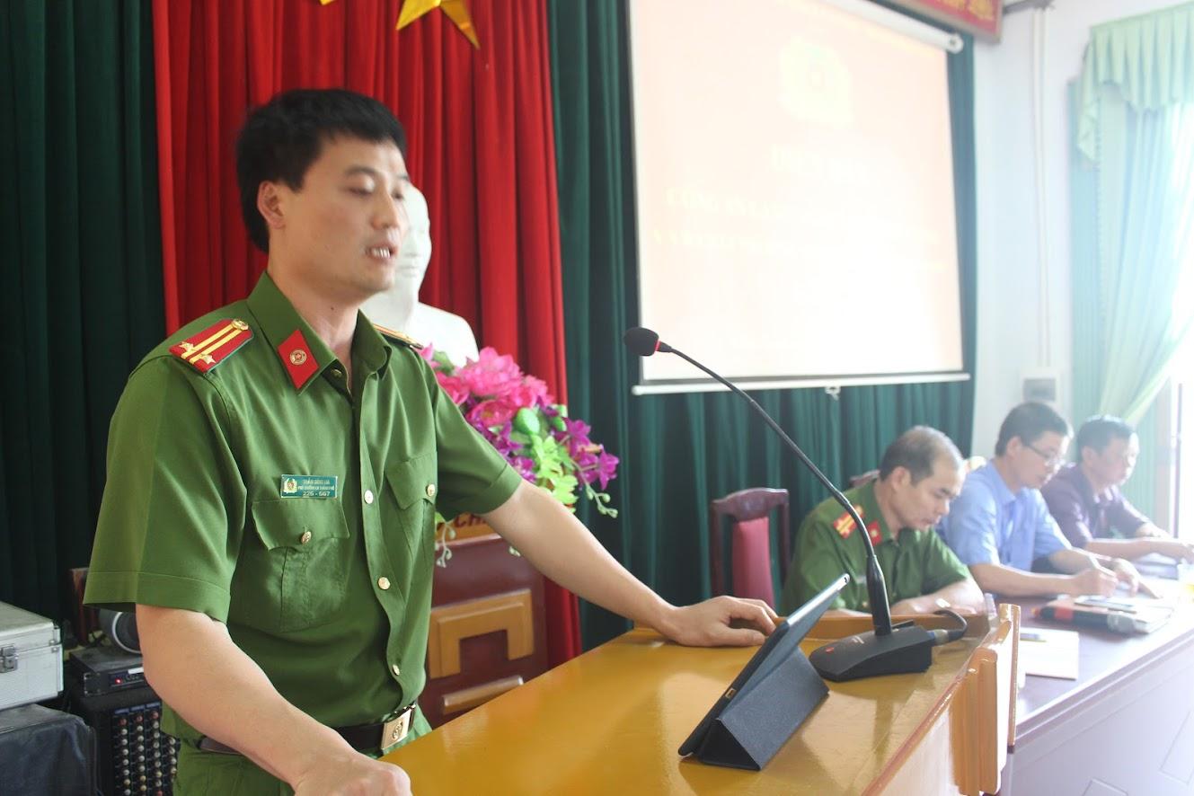 Trung tá Trần Đình Hà, Phó trưởng Công an TP Vinh phát biểu tại diễn đàn.