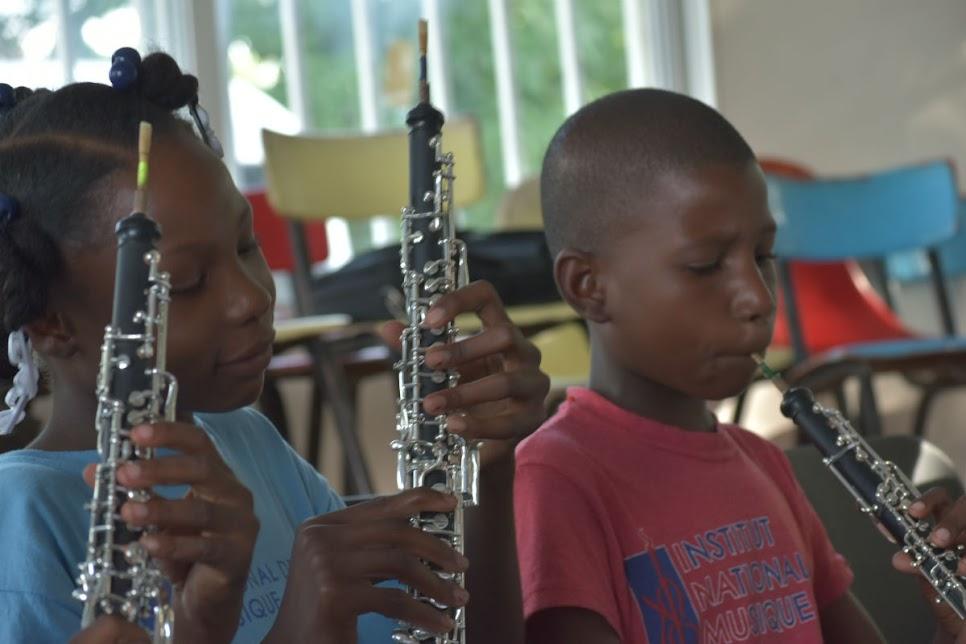 Niños y jóvenes haitianos disfrutan en sus clases de oboe