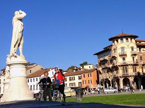 Photo: Treffpunkt für alle: der Prato Della Valle. Gallileo Gallilei blickt zu den Sternen, während wir Radler besser auf die Straße achten.
