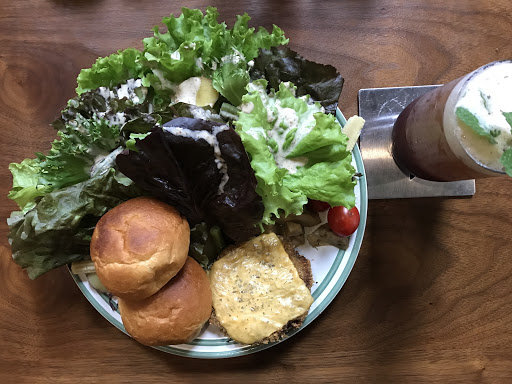 漢堡肉搭馬鈴薯蜂蜜麵包 / 桑葚冰茶   很豪邁的擺盤,  層層疊起的生菜佐胡麻醬,  生菜沒有討厭的苦味,  搭上一點醬汁,  挺爽口的。  漢堡肉是炸的,  上面一層起司片點綴,  因本人對炸物沒