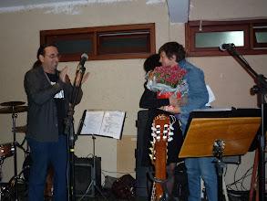 Photo: Daniela Schneider (ex-diretora do Baiacu) recebendo flores das mãos da Lúcia, momento da sua despedida, pois irá para a Espanha para estudos.