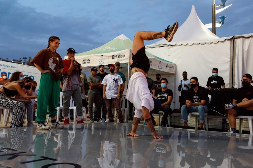 El colectivo de bailarines Breaking Almería se enfrenta en una batalla de baile sobre una pista ultracompacta realizada con Dekton de Cosentino.