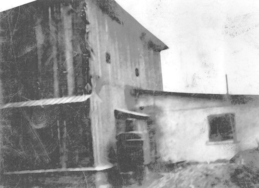 Zdjęcie: Budynek wktórym znajdował się młyn, wktórym wczasie II wojny światowej wniejasnych okolicznościach doszło do potyczki partyzantów zinnym oddziałem partyzanckim (bandą rabunkową?). Budynek stał na obecnej posesji Bednarskich na tzw. Morgach obecnie ulica Słoneczna. Zdjęcie wykonane wlatach 30-tych. (fot. zarch. Izabeli Rogóż zd. Dobaj).