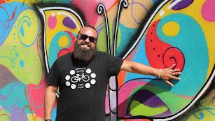 Sergio Pineda, ante uno de los murales pintados en Almócita.
