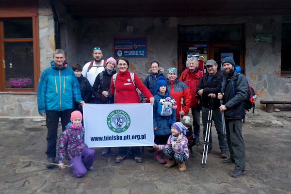 część naszej grupy przed schroniskiem PTTK na Markowych Szczawinach