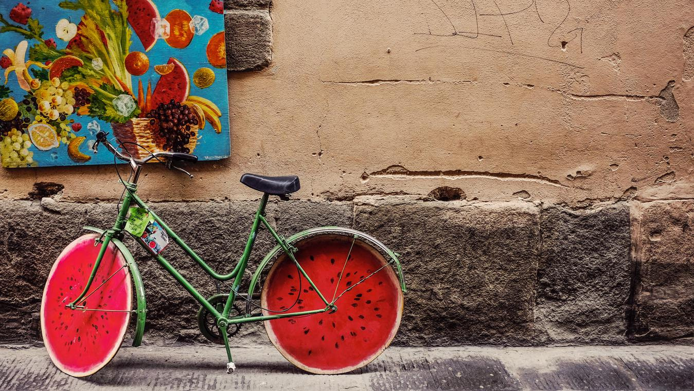 Rower pomalowany na wzór arbuza zaparkowany na ulicy