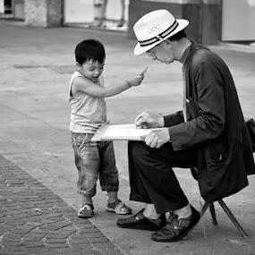 L'artista e il bambino by Luca Bonisolli - People Street & Candids