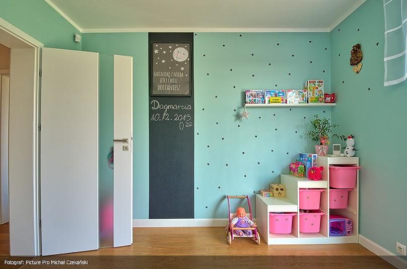 Kolorowa farba tablicowa w pokoju