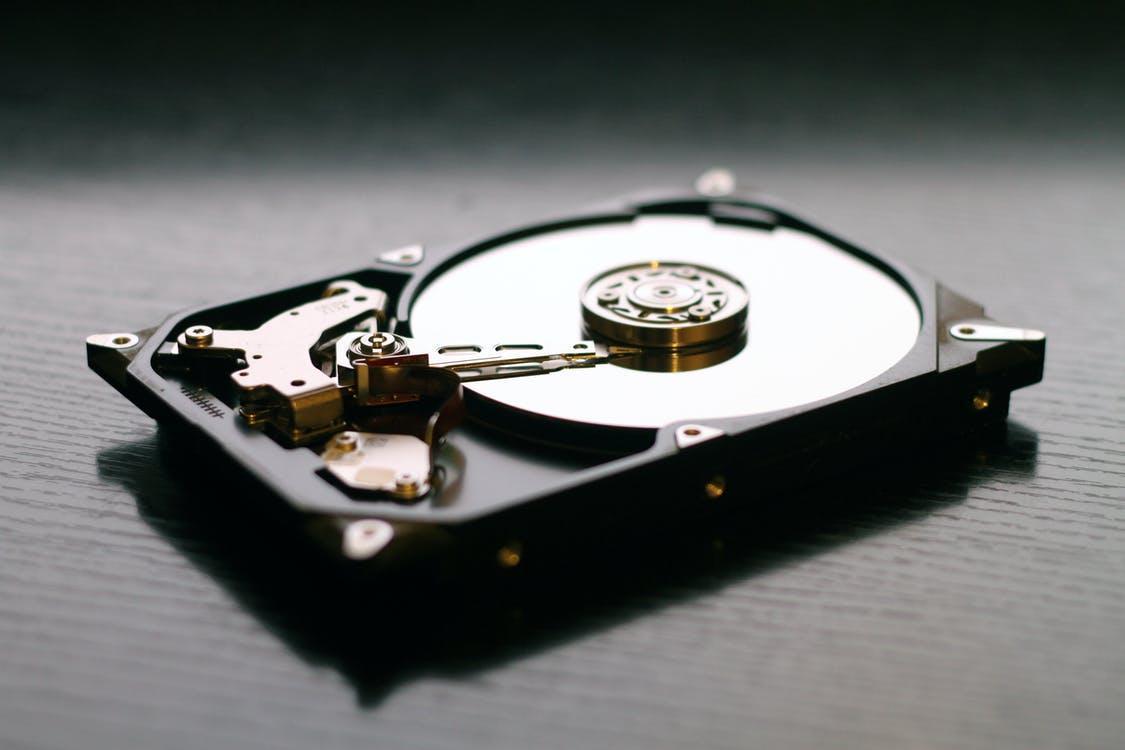 Черный внутренний жесткий диск на черной поверхност