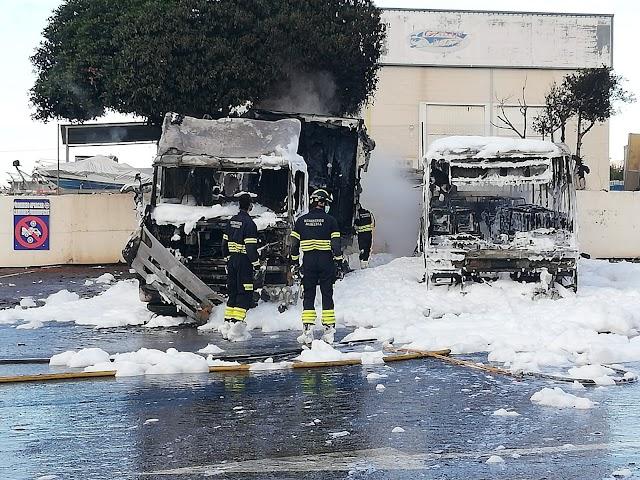 Los bomberos apagan el fuego.