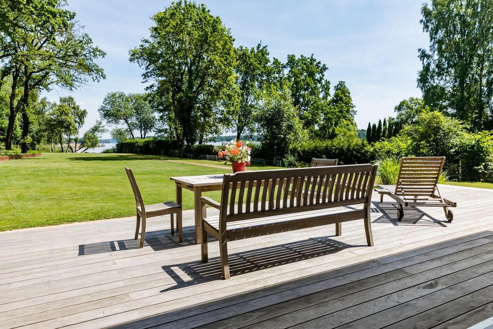 Her går møblerne i ét med både terrasse og natur.
