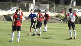 Pedro Emanuel dando instrucciones a los futbolistas.
