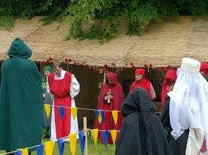 Photo: Rechts neben dem Praios-Geweihten die Rahja-Geweihten.