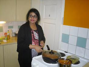 Photo: KANSAINVÄLINEN KEITTIÖKERHO OLIVJE Maahanmuuttajien, kansainvälisten opiskelijoiden ja suomalaisten yhteinen kerho. Kitchen Club kokoontuu yleensä keskiviikkoisin tai torstaisin.Valmistamme etnisiä pienruokia Miratalon keittiössä ja keskustelemme yhteisistä asioista. Intialainen keittiö esittäytyi Miratalossa. Valmistimme Prathiba Adithya Singhin opastuksella intialaista ruokaa ja tutustuimme intialaiseen ruokakulttuuriin.