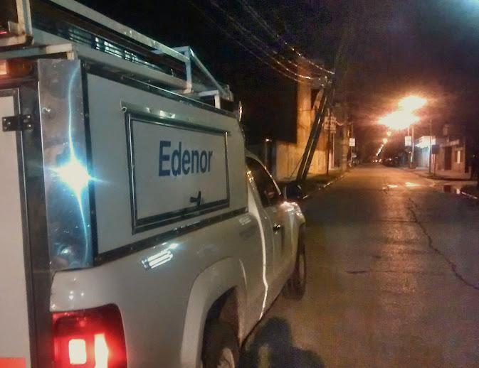 Hubo corte de calle por poste de luz con riesgo de caerse en el centro