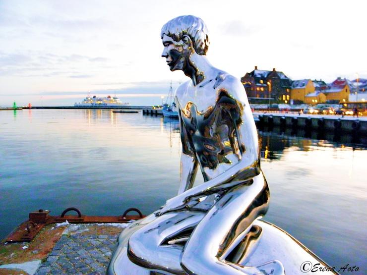 デンマーク・ヘルシンゲルには海を見つめて、まばたきをする「人魚姫の弟」が存在する