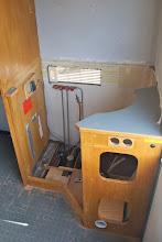 Photo: Spüle und Kühlschrank sind draußen..
