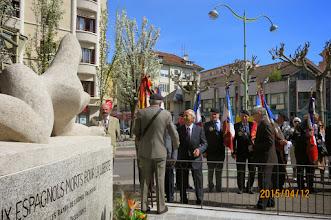 Photo: Miguel VERA saluant le porte-drapeau de l'Amicale de la Résistance Espagnole, Pedro ORDÓÑEZ.