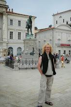 Photo: Arcon na tle pomnika Giuseppe Tartiniego- słynnego kompozytora urodzonego w Piranie