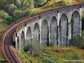 Photo: Der Jacobite Steamtrain (Jacobi Dampfzug) auf dem Weg von Fort William nach Mallaig, hierbei überquert er das berühmte Viadukt am Glenfinnan ! bekannt auch aus Harry Potter.