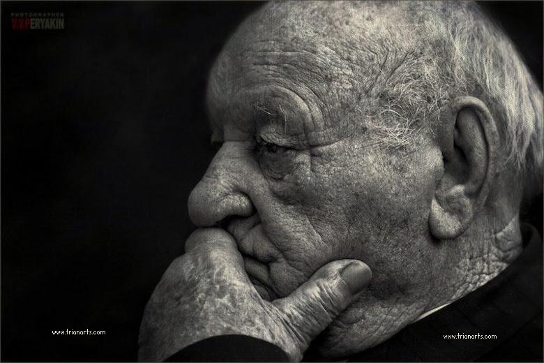 Resultado de imagen de anciano esperando