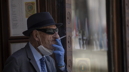 Galicia prohíbe fumar en la calle y Andalucía se lo plantea