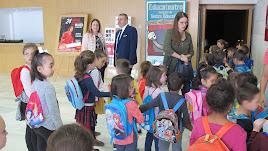 Los alumnos son recibidos para disfruta de Educateatro.
