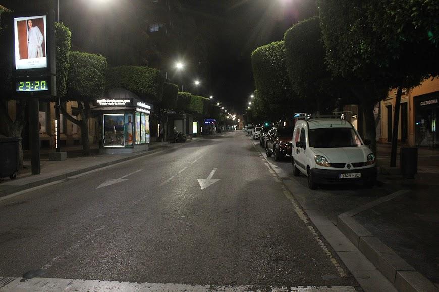Ningún vehículo en la noche del sábado en el Paseo de Almería.
