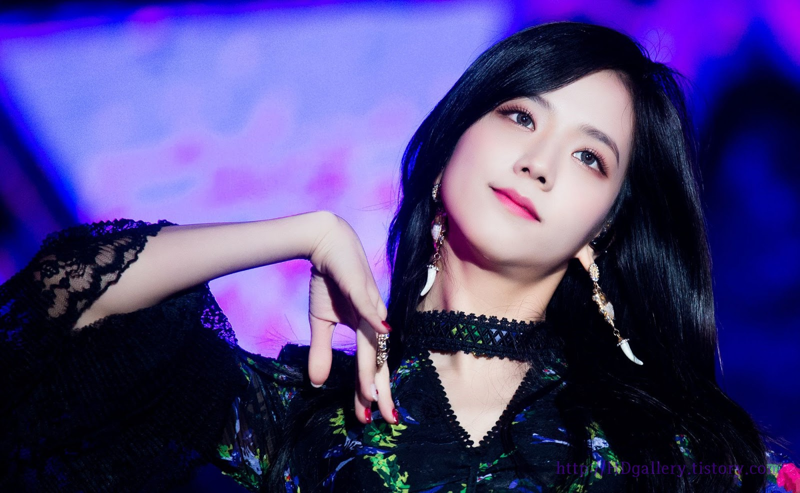 While Jisoo's stage makeup consists of color contacts, coral to pink shades of eyeshadow, eyeliner and brows on fleek, and vibrant lip tones, she looks ...