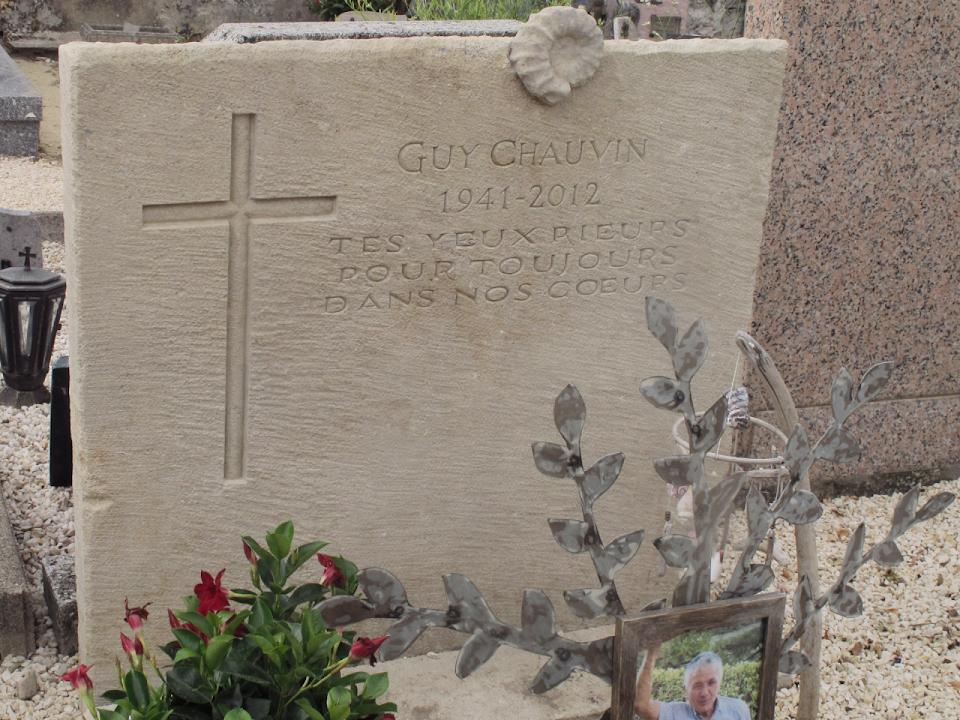 Stèle funéraire dans un cimetière de village