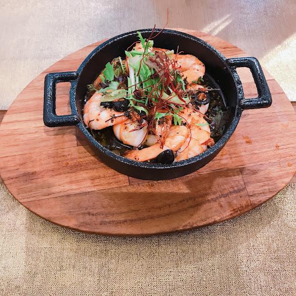 前菜油浸蒜燜蝦超好吃 裝潢擺設非常舒適優美