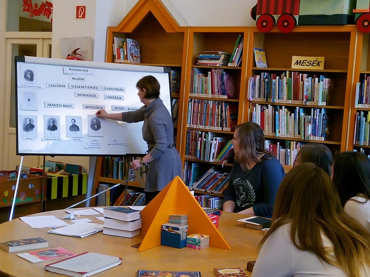 Könyvtáros a táblánál