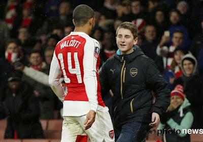 Video: Theo Walcott (Arsenal) roept fan op het veld en doet dan dit!