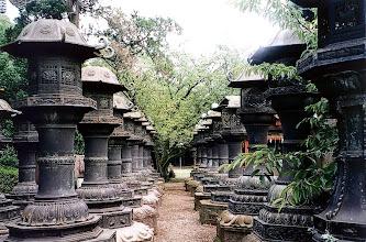 Photo: Tokio - kamienne lampiony w świątyni Tosho-gu / Tokyo - stone lanterns in Tosho-gu temple